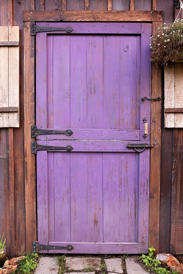 紫色老荷兰谷仓样式庭院流洒了与硬件的门 库存照片