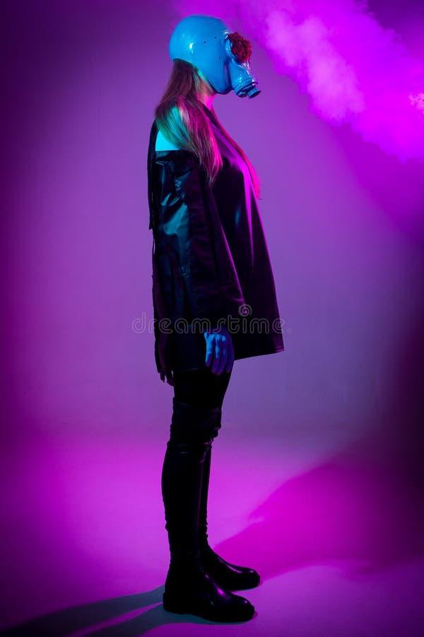 紫色背景的长发女孩 免版税库存图片