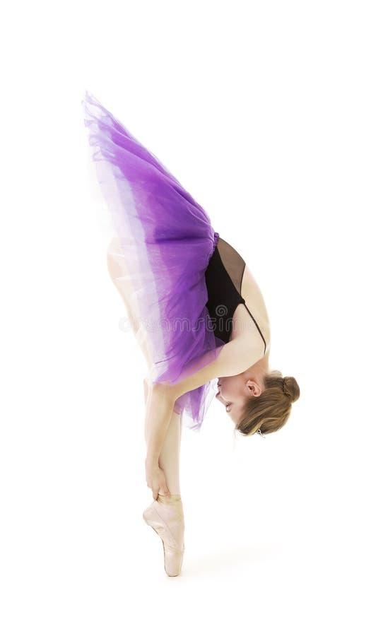 紫色芭蕾舞短裙和黑紧身连衣裤舞蹈芭蕾的女孩 免版税库存照片