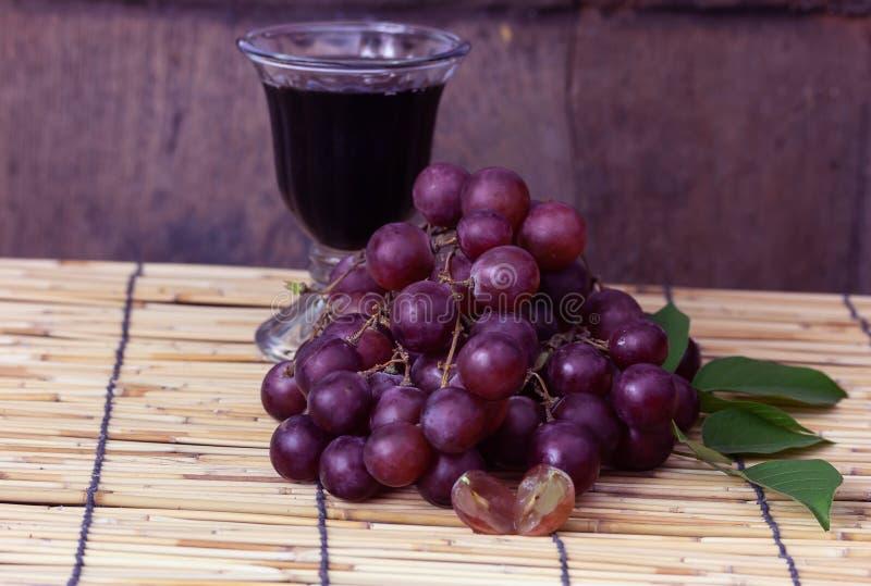 紫色葡萄用葡萄汁 库存图片