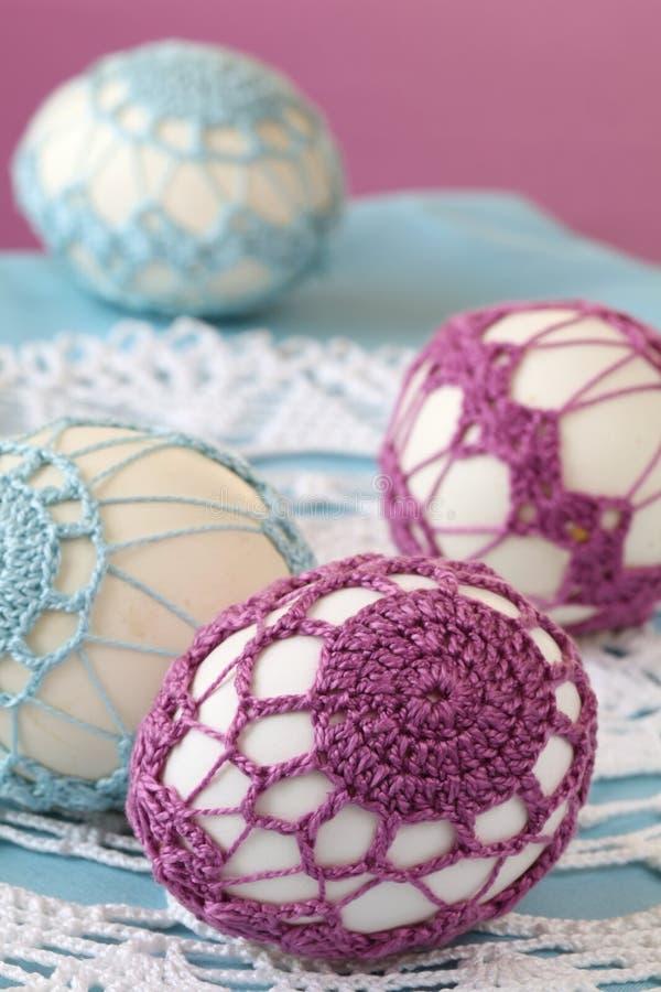 紫色蓝色钩针编织的复活节彩蛋 库存照片