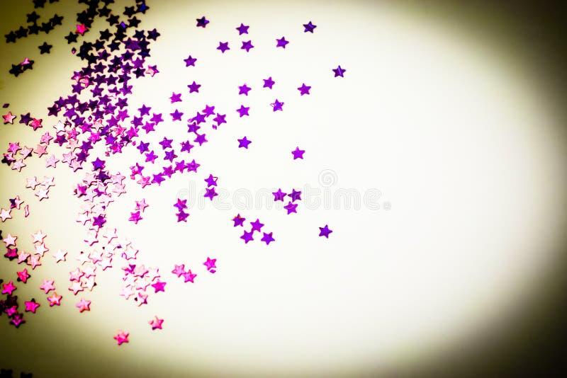 紫色闪烁担任主角与拷贝空间的白色背景 免版税库存照片