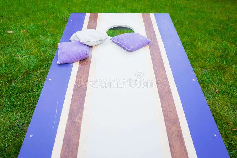 紫色Cornhole辎重袋抛比赛 库存照片