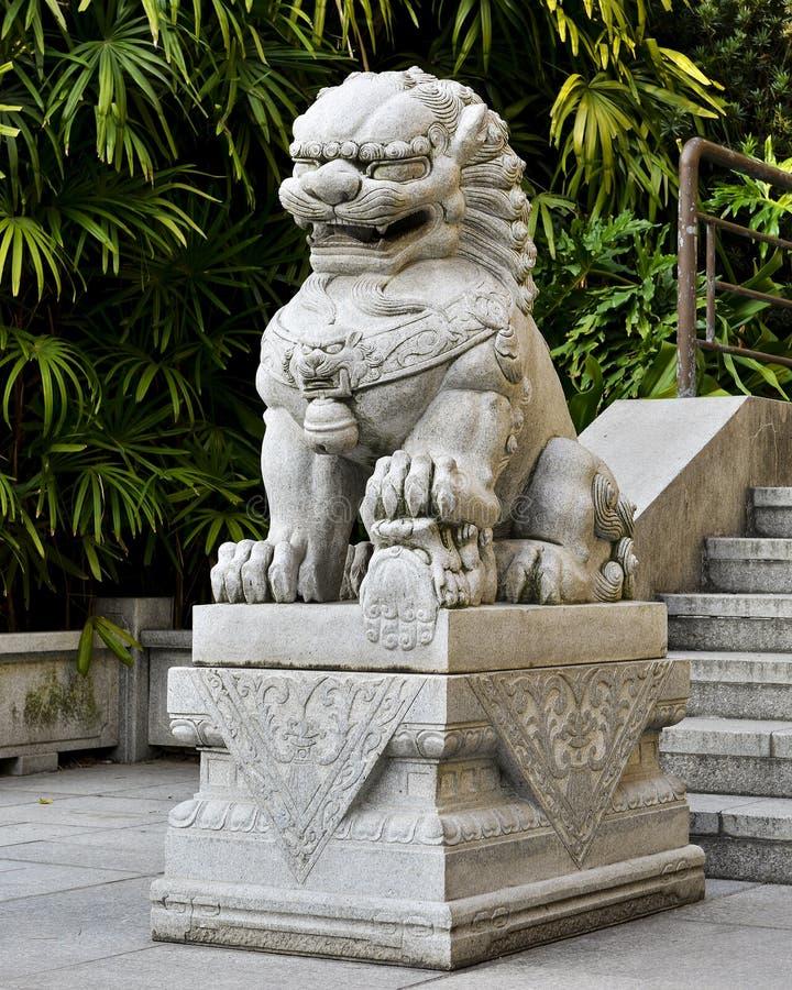 繁体中文向狮子,中国监护人狮子雕象,与东方古老样式的中国皇家狮子扔石头 库存图片