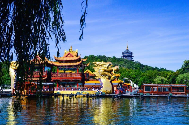 繁体中文在西湖,杭州中国的龙小船 免版税库存照片