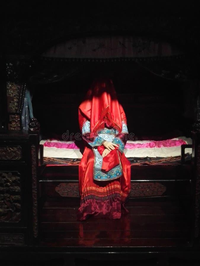 繁体中文新娘花蜡烛夜新娘服装  免版税库存照片