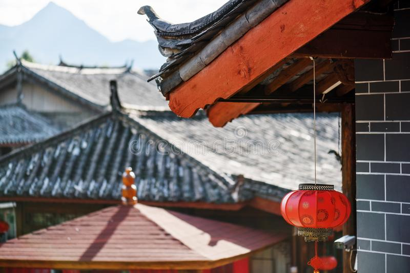 繁体中文染黑用红色灯笼装饰的瓦屋顶 库存图片