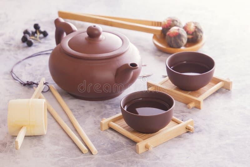 繁体中文茶杯、陶瓷茶壶和茶道属性 免版税图库摄影
