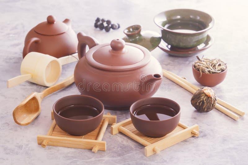 繁体中文茶杯、陶瓷茶壶和茶道属性 免版税库存图片
