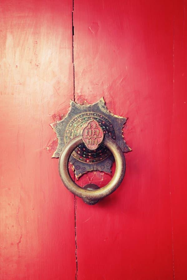 繁体中文通道门环和红色木门 免版税库存图片