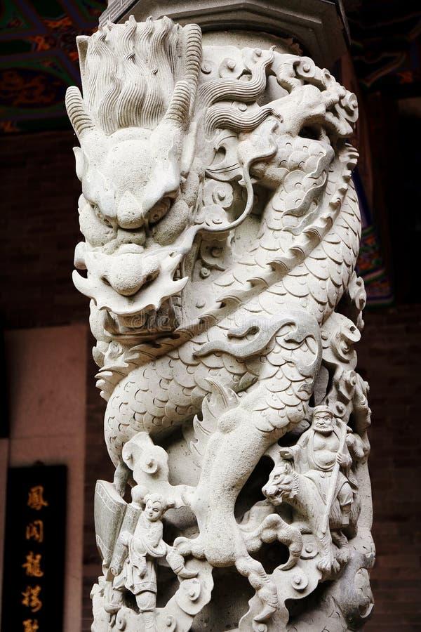 繁体中文龙石雕刻在柱子,亚洲古典石龙雕塑 图库摄影
