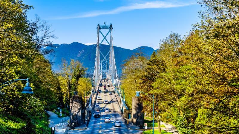 繁忙的下班时间交通横穿狮子门桥梁或者首先使桥梁狭窄,在温哥华的史丹利公园和municipa之间 免版税图库摄影