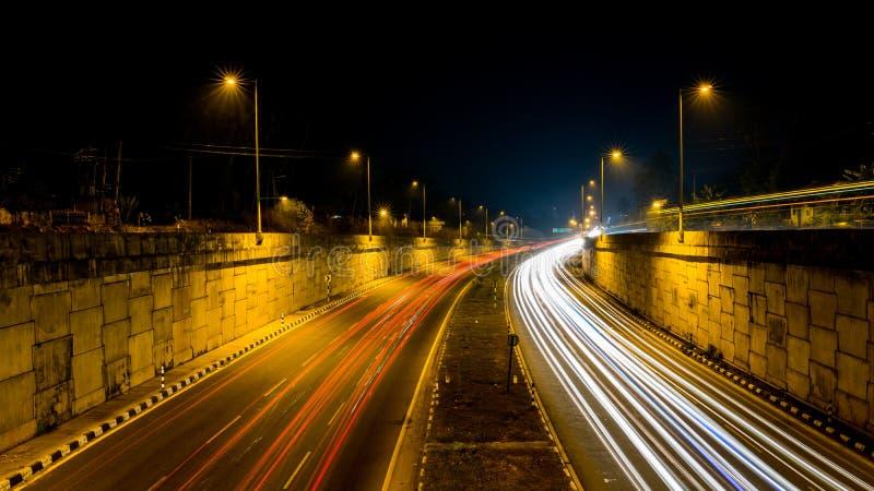 繁忙的交通高速公路轻的足迹长的曝光射击  免版税库存图片