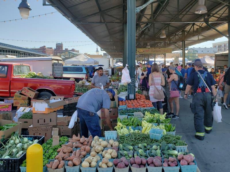 繁忙的农夫市场周末堪萨斯密苏里 免版税库存照片
