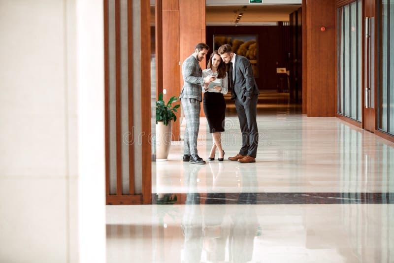 繁忙的办公室休息室地区内部与买卖人的 免版税库存图片