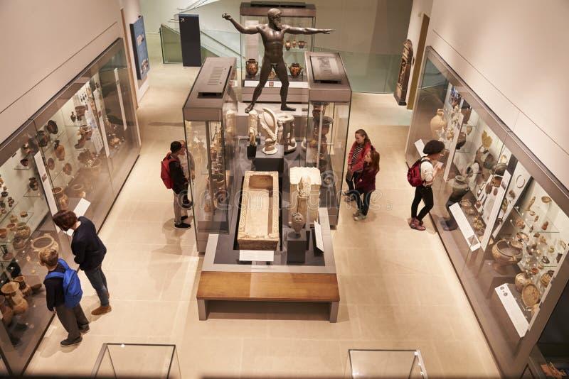 繁忙的博物馆内部顶上的看法与访客的 免版税库存图片