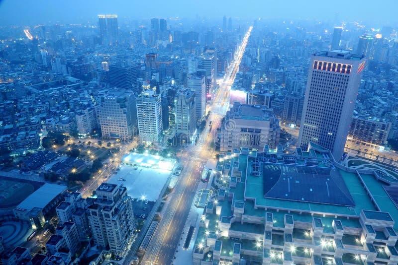 繁忙的台北市,台北commerical地区、淡水河和市中心全景鸟瞰图在黄昏 免版税库存照片