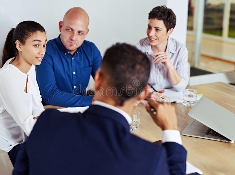 繁忙的商人开会议一起在证券交易经纪人行情室 图库摄影