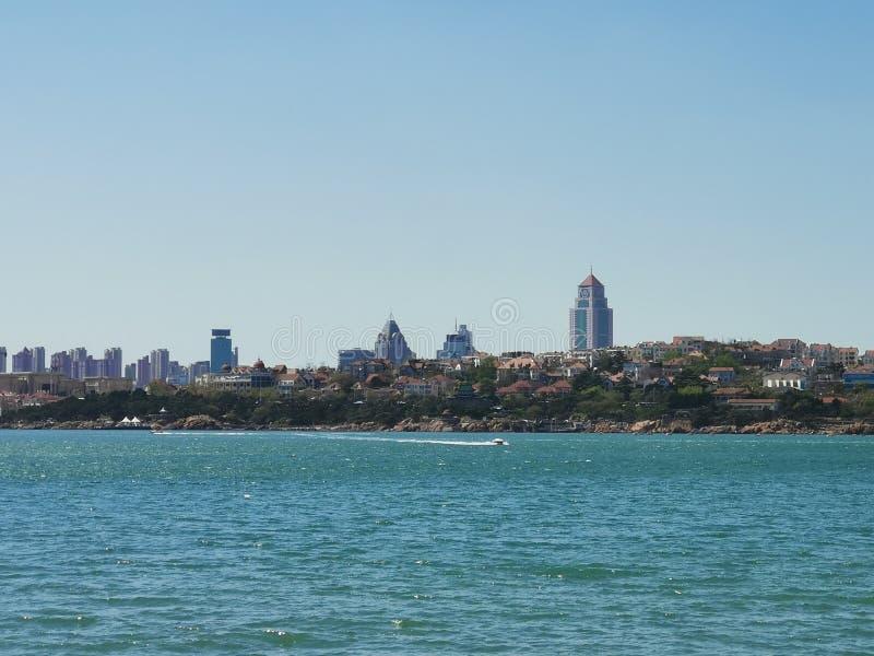 繁忙的城市,它自己的海 库存图片