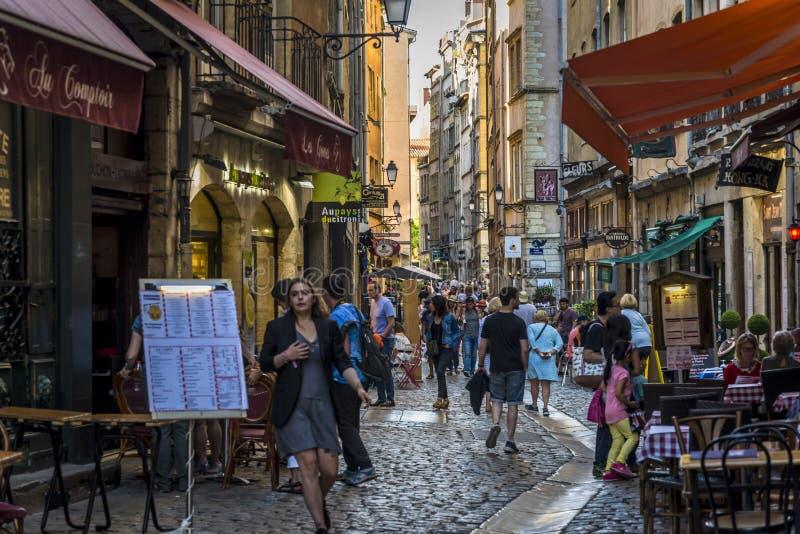 繁忙的大气街道在Vieux利昂,利昂,法国 免版税库存图片