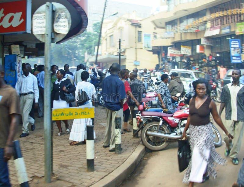 繁忙的大街人民购物的坎帕拉,乌干达 免版税库存照片