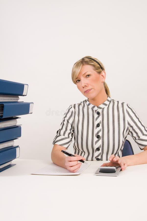 繁忙的女实业家在办公室 免版税图库摄影