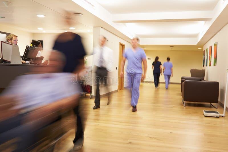 繁忙的护士的驻地在现代医院 免版税库存照片