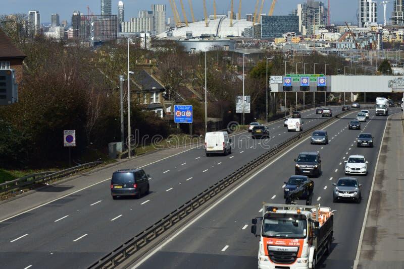 繁忙的机动车路在伦敦 库存照片