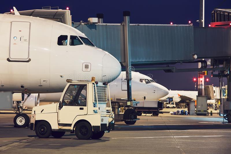 繁忙的机场在晚上 免版税库存图片