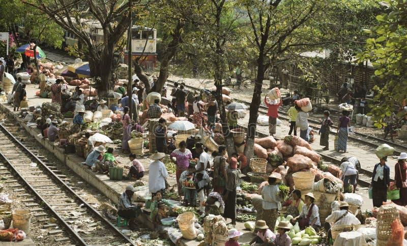 繁忙的果子和蔬菜批发市场在驻地平台和沿铁路轨道 免版税库存图片