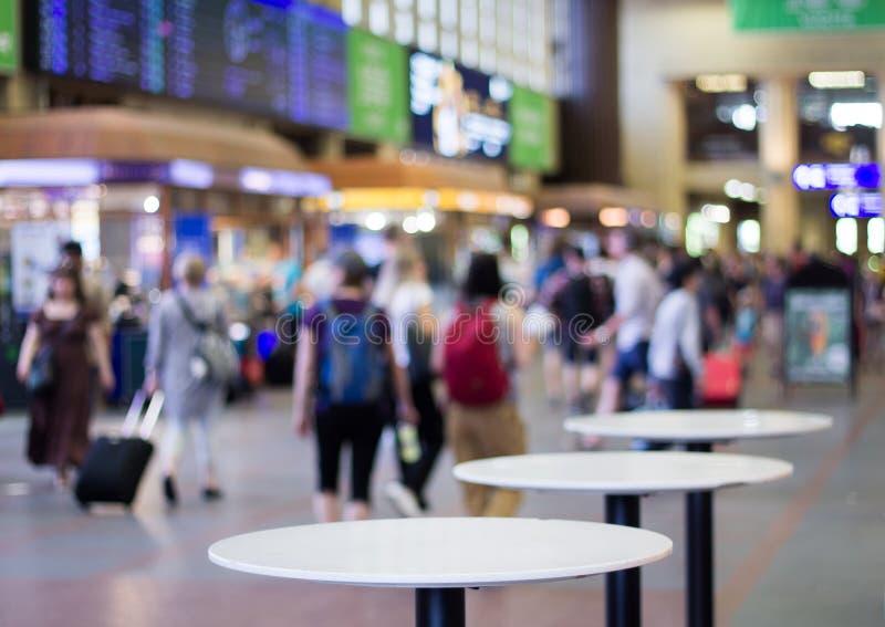 繁忙的火车站等待的大厅 免版税库存图片