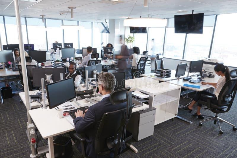 繁忙的现代开放学制办事处内部有职员的 库存图片