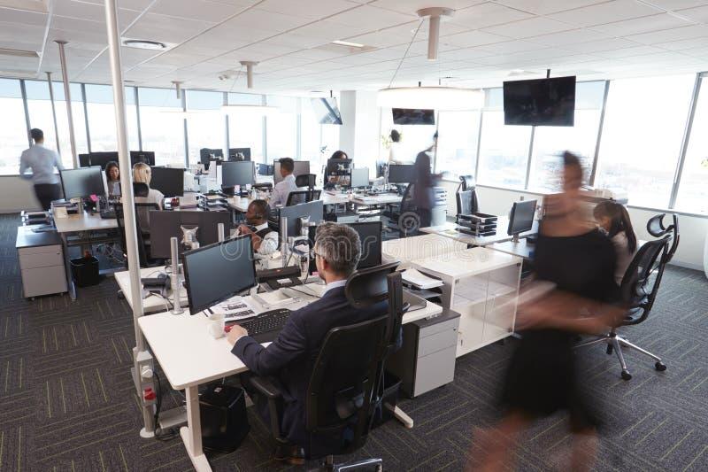 繁忙的现代开放学制办事处内部有职员的 免版税图库摄影