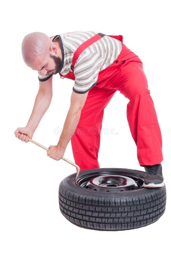 繁忙的硫化作用技工改变的车胎 免版税库存照片