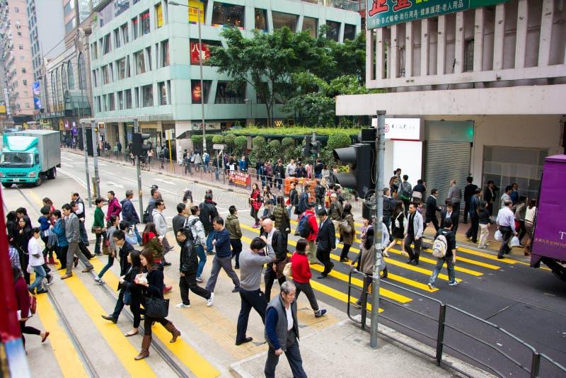 繁忙的行人交叉路在香港,观看从电车 免版税库存图片