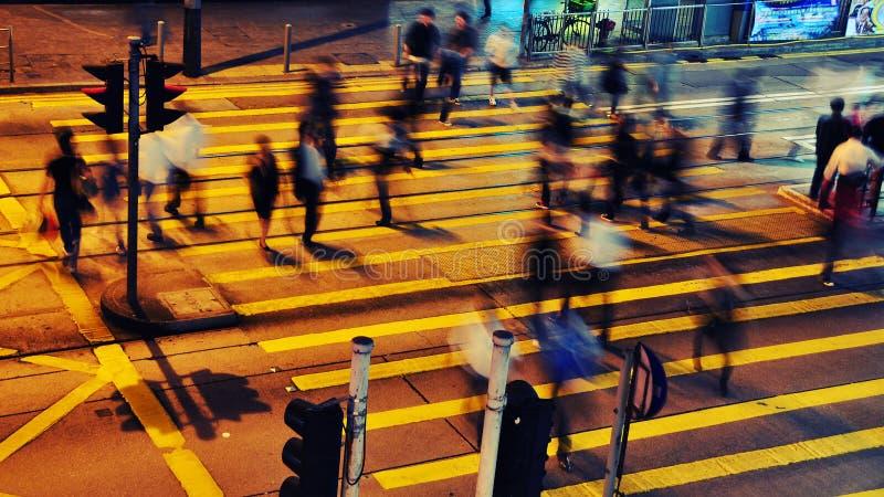 繁忙的香港晚上街道 图库摄影