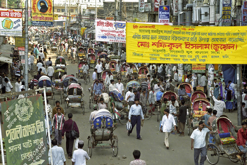 繁忙的购物街道在达卡,孟加拉国 免版税库存照片