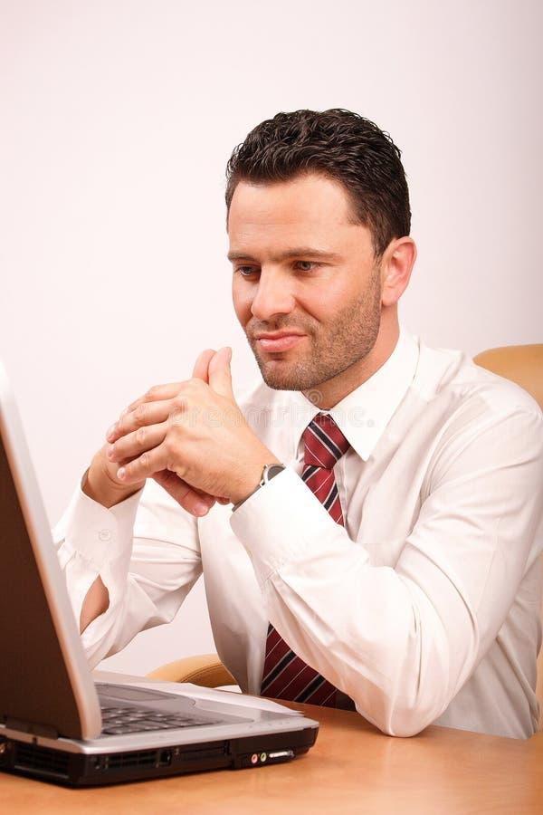 繁忙膝上型计算机人认为 免版税库存图片