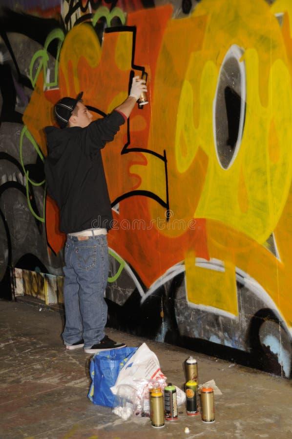 繁忙街道的艺术家创造街道画 库存照片