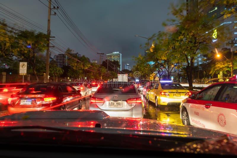 繁忙运输果酱在曼谷在多雨晚上 免版税图库摄影