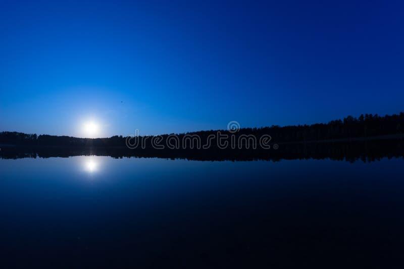 繁星之夜天空的图片在湖的 免版税图库摄影