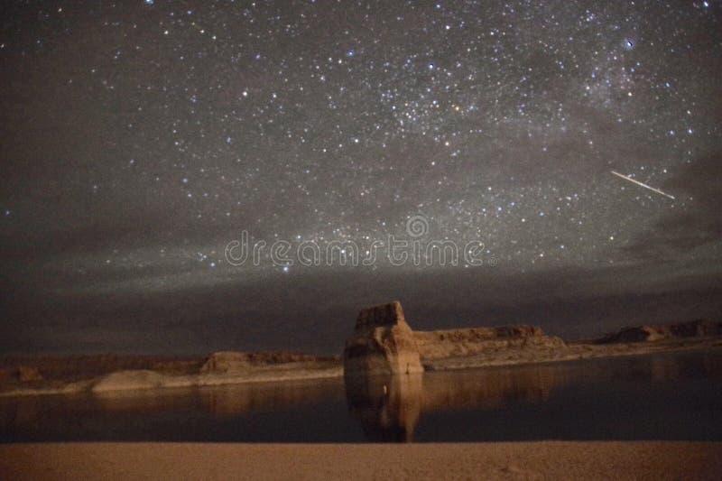 繁星之夜湖鲍威尔犹他孤立岩石 免版税库存照片