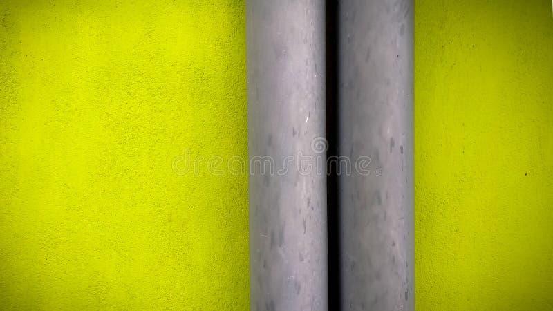 繁荣昌盛的绿色墙壁和灰色管子 免版税库存照片
