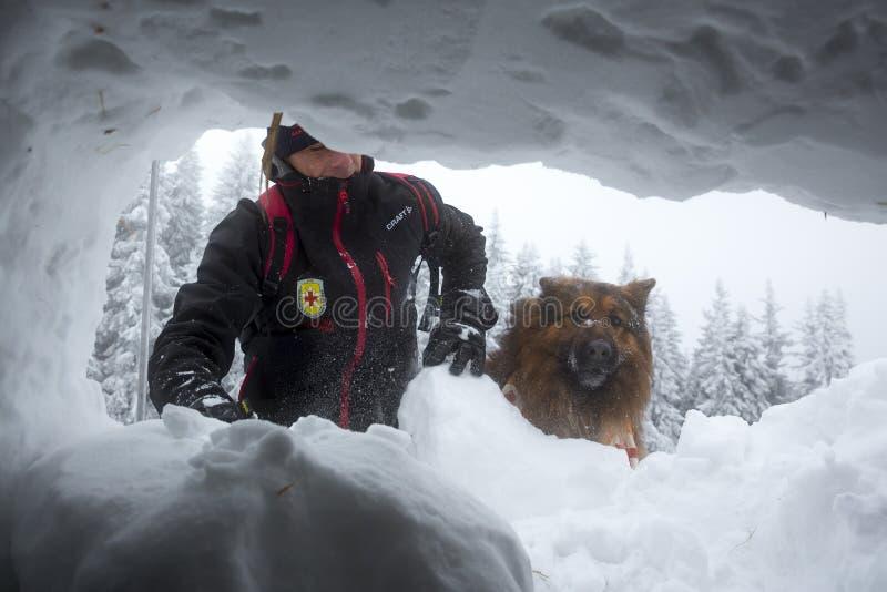 红十字会救助者通过雪孔 库存图片