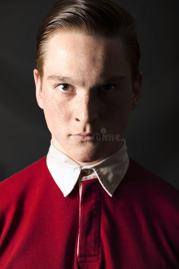 红发人画象红色衬衣的在stiduo 免版税库存图片