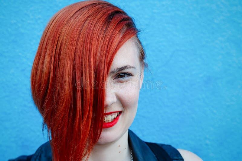 红发女孩的明亮的画象有站立agai的雀斑的 免版税库存图片
