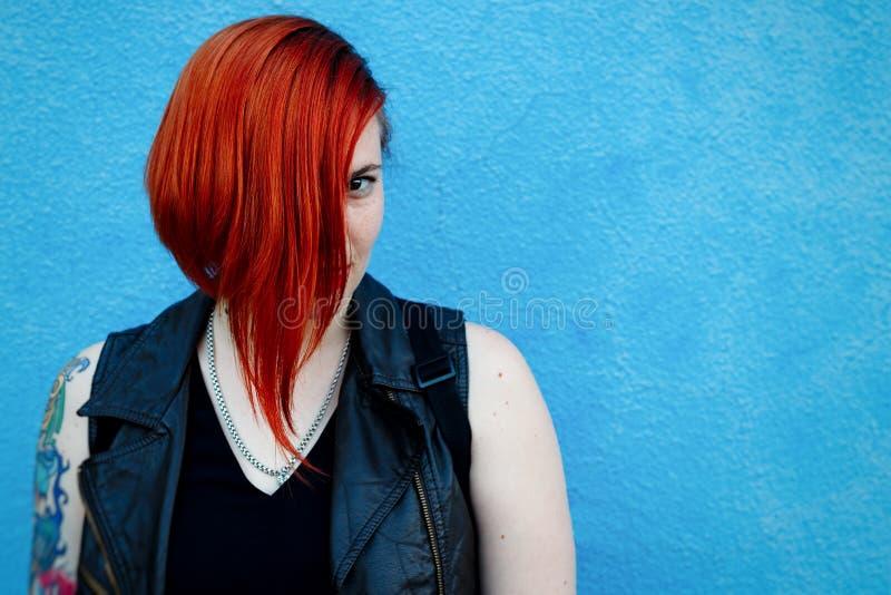 红发女孩的明亮的画象有站立agai的雀斑的 库存图片