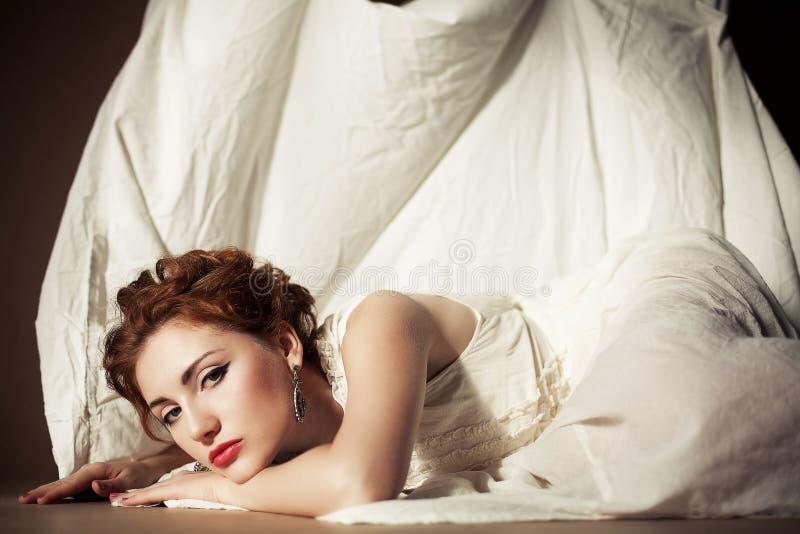 红发女孩的葡萄酒画象白色的 免版税库存照片