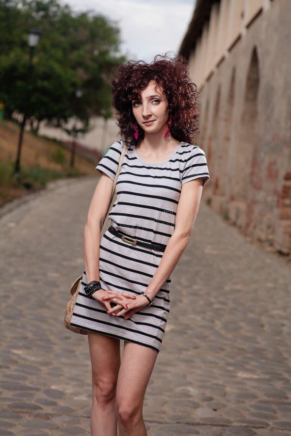 年轻红发妇女的图象有卷毛的 美丽的深色的女孩 头发健康红色 库存照片