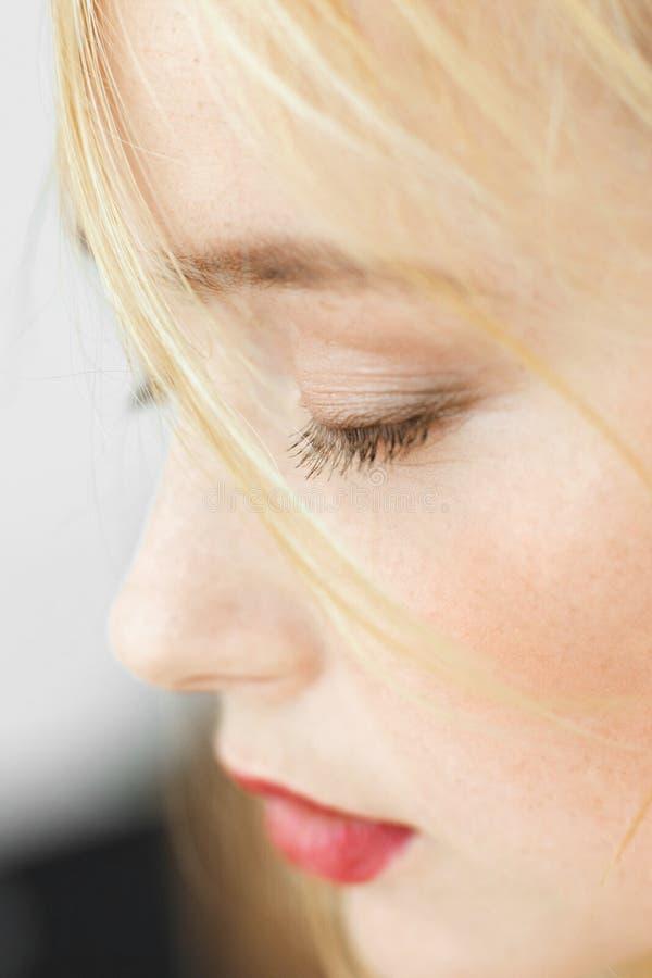 红发睡觉的妇女特写镜头画象  免版税库存图片